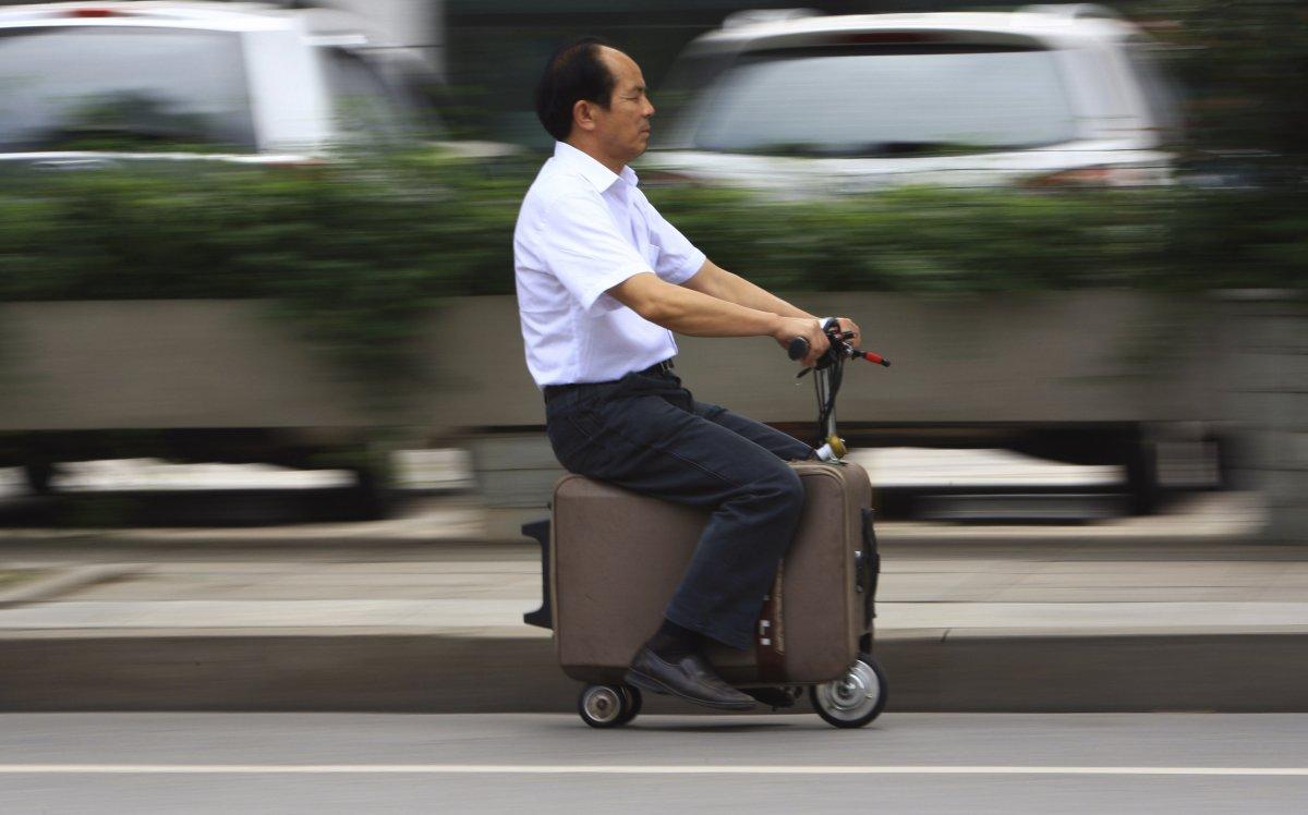 1. Десять лет понадобилось Хе Ляну на то, чтобы модифицировать этот… чемодан, сделав из него т