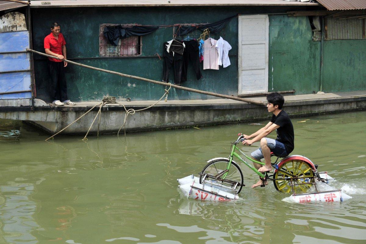 21. Лэй Чжицянь едет… точнее, плывет на велосипеде.