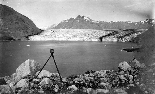 Ледник Кэрролл, Аляска — 2004 Фотография, сделанная с того же места почти 100 лет спустя, показывает