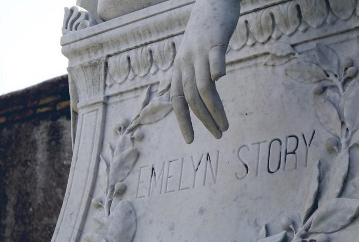 После смерти Эмелин Уильям так и не нашел в себе сил жить дальше. Он умер на следующий год и был пог