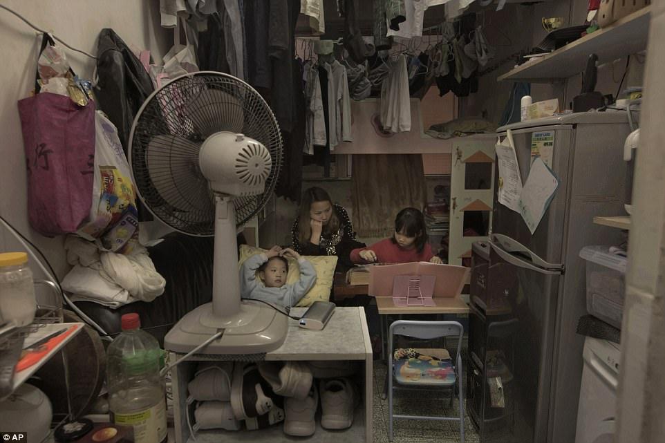Ли и ее 6-летний сын и 8-летняя дочь живут в комнате площадью 11 квадратных метров, где есть двухъяр