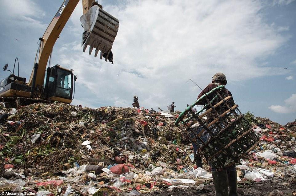 «Мерзкий мир»: как 3000 семей с детьми живут на огромной свалке