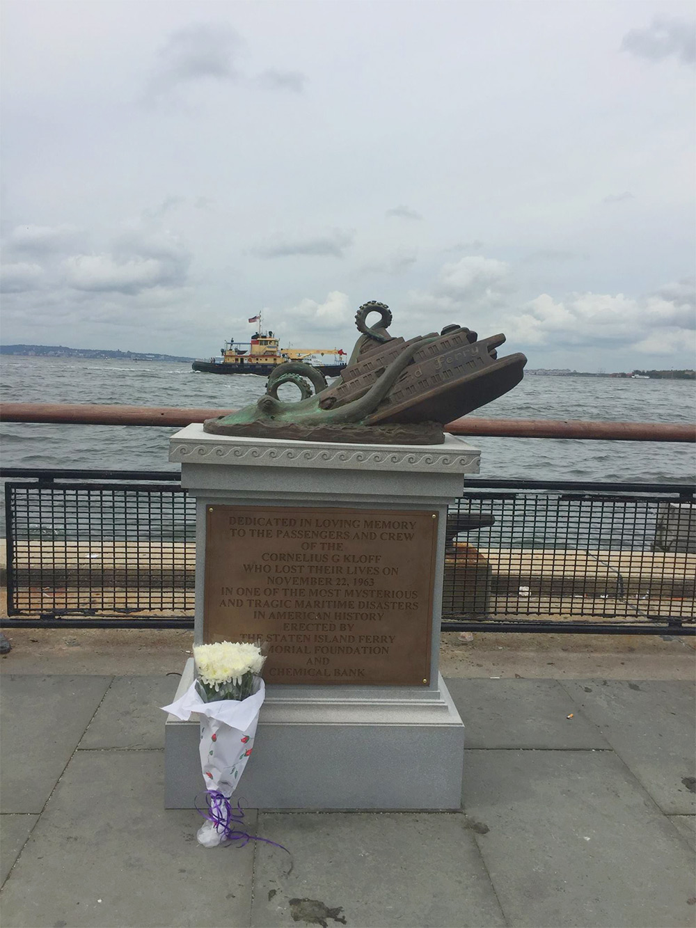 Elaborate Bronze Memorial Dedicated to Staten Island Ferry Octopus Attack Tricks Tourists (4 pics)