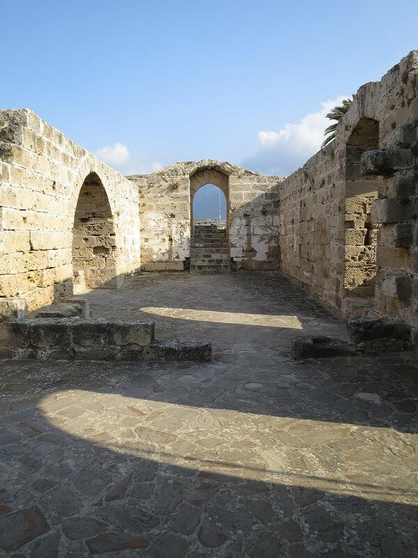 Кирения. Руины часовни над входом.