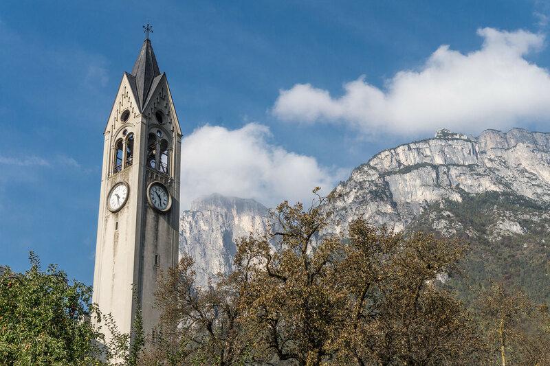 колокольня и скалы в доломитовых альпах