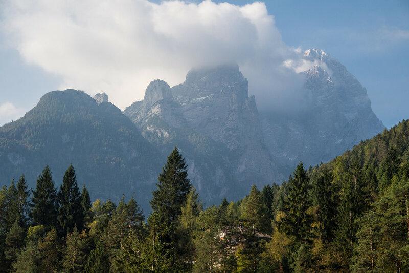 облака на скалах доломитовых альп