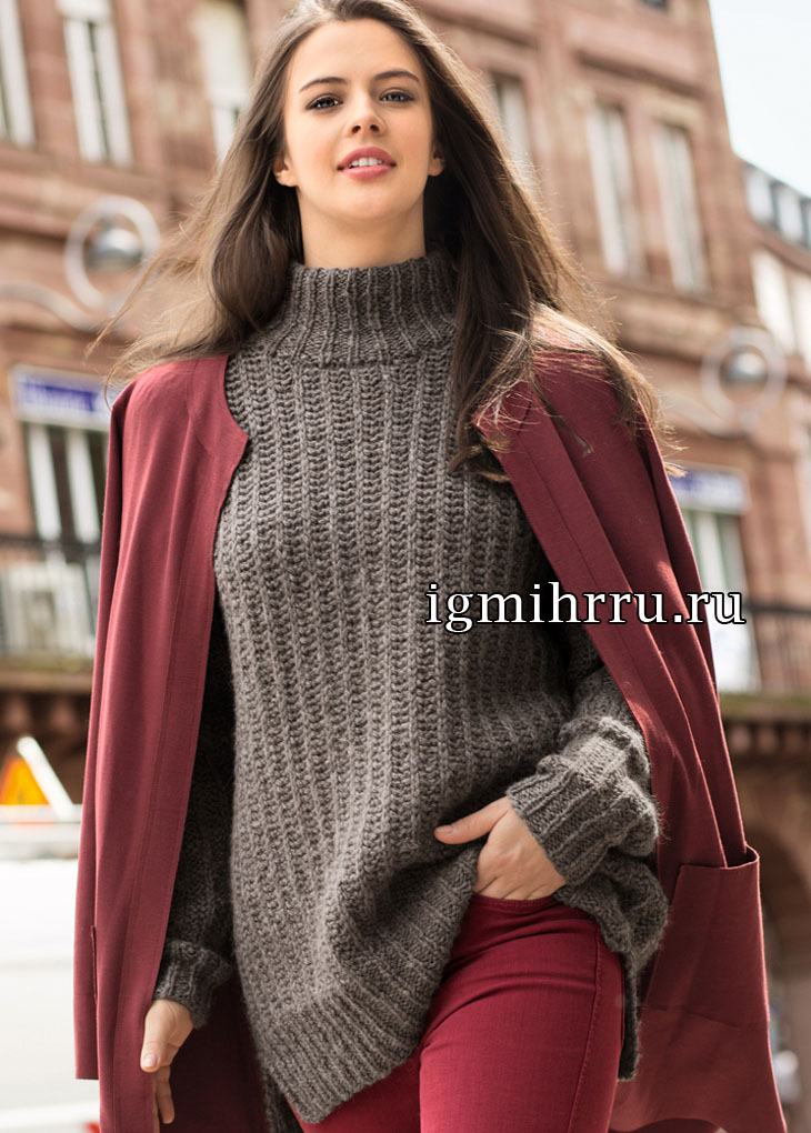 Удлиненный свитер с несложным структурным узором. Вязание спицами