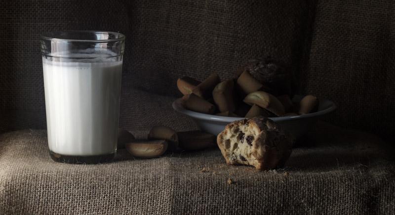 печеньки и молоко на столе