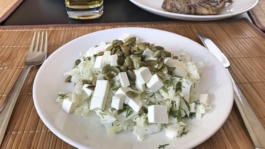 Простой салат с тыквенными семечками