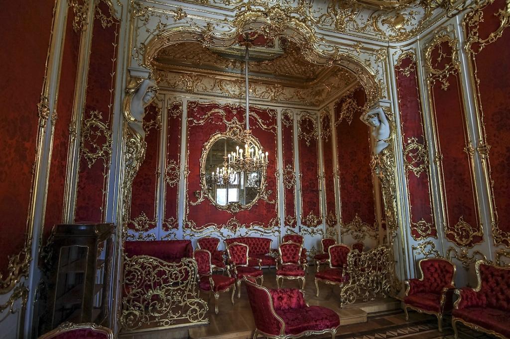 55. Малиновый будуар императрицы Марии Александровны, супруги Александра II. Он был создан в 1853 году по проекту архитектора Г.А. Боссе в стиле «второго» барокко. Зал поделен на две зоны, разделённые декоративной аркой альков.