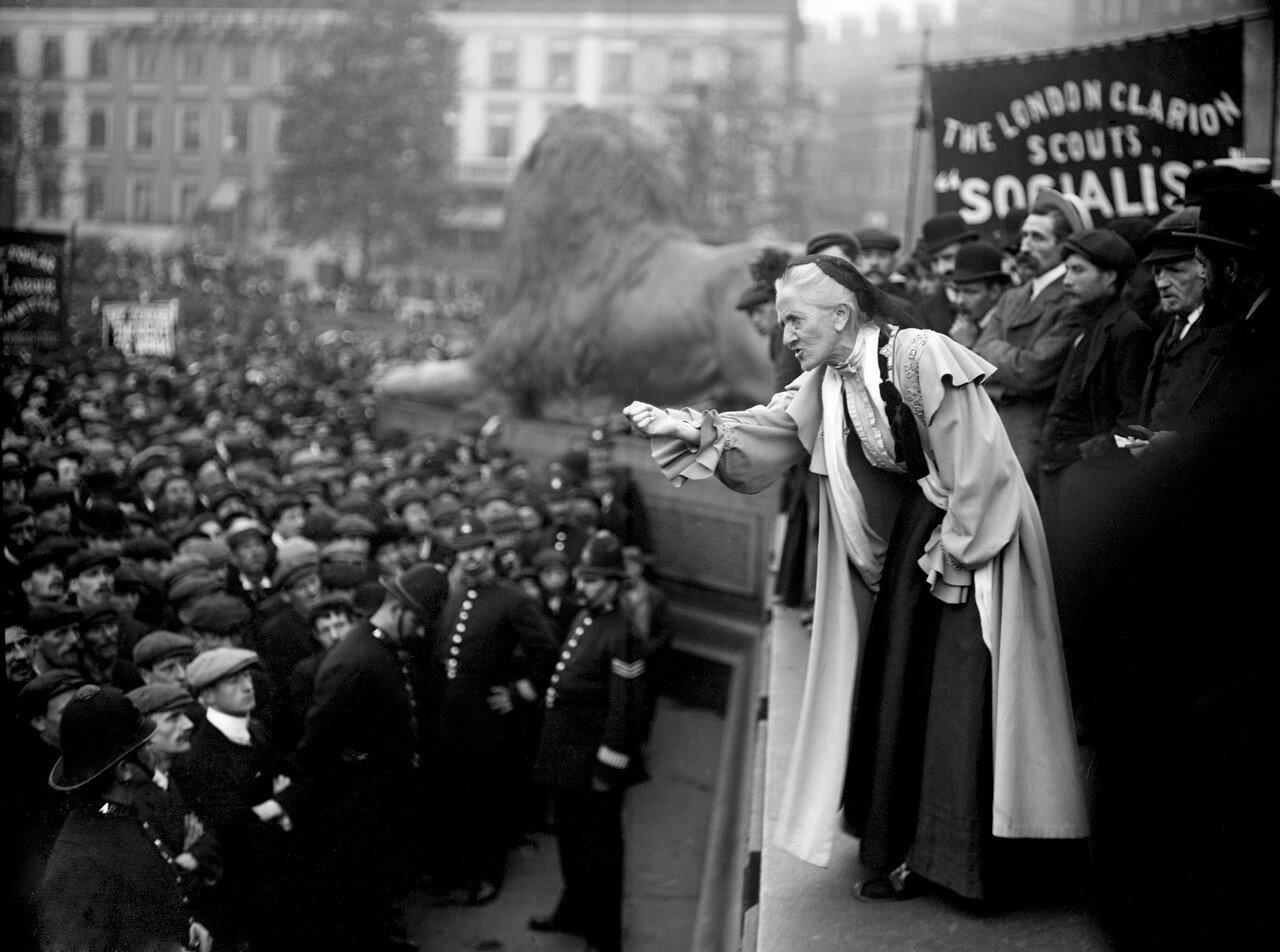 1910. 66-летняя суфражистка Шарлотта Деспард общается с толпой на Трафальгарской площади