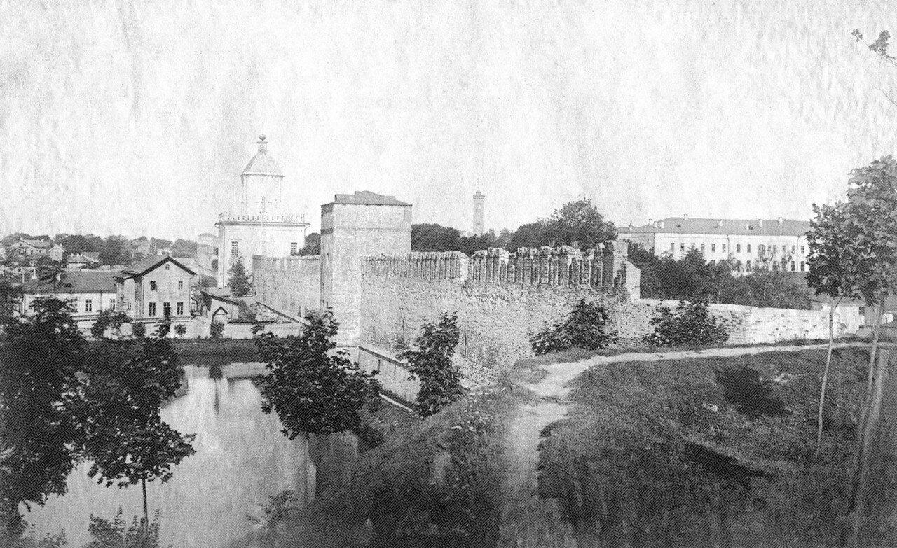 Вид с Шеинова бастиона на крепостную стену. 1911
