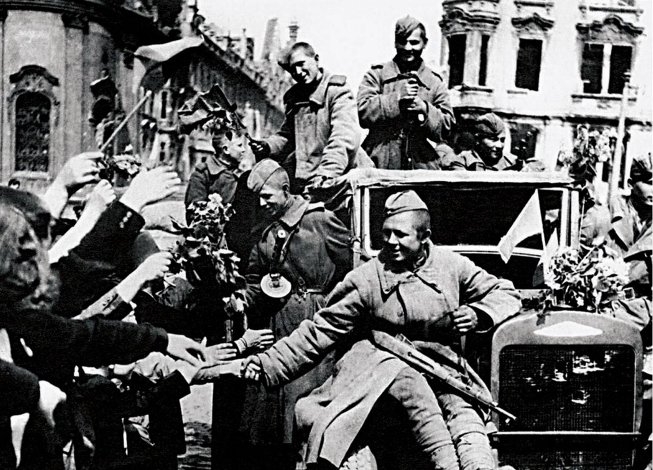 Бойцов 63-й гвардейской танковой бригады приветствуют жители столицы. Прага