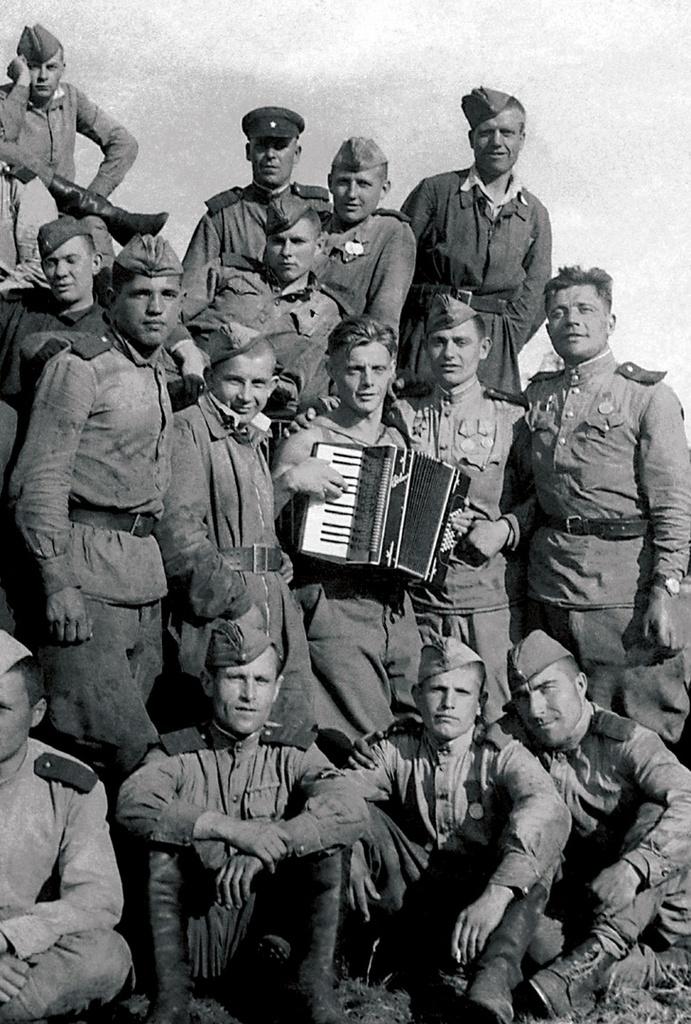 Победители. В центре с аккордеоном А. Сиунов, уроженец г. Верхний Уфалей