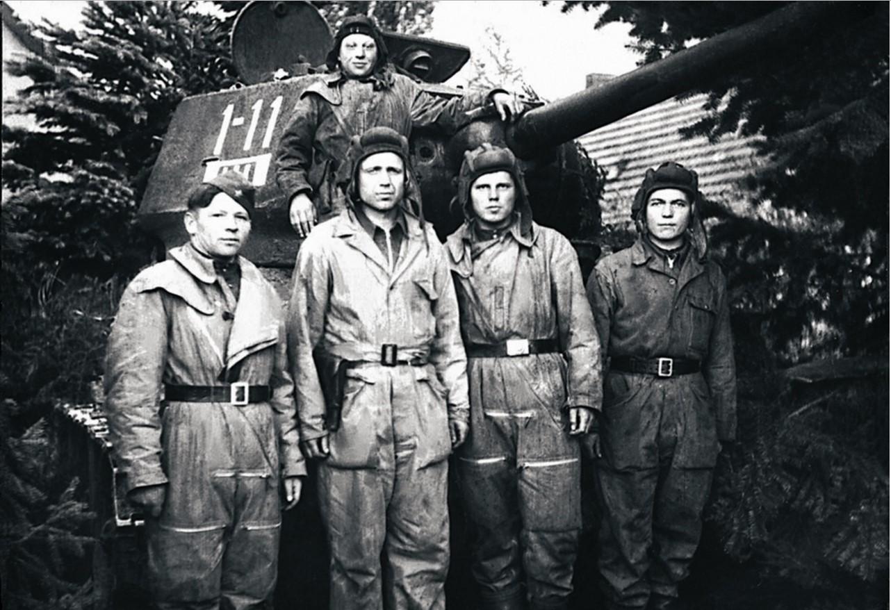 Экипаж танка 2-й танковой роты 1-го танкового батальона 63-й гвардейской Челябинской танковой бригады. Командир роты старший лейтенант Н. Н. Шилов