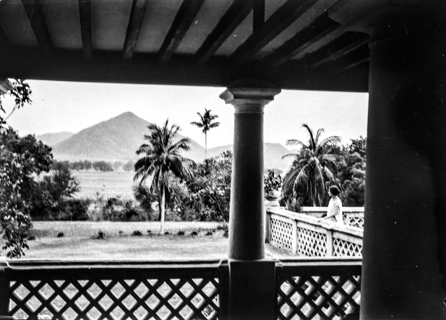 621. Паралакхемунди.  Вид на крыльцо и сад гостевого дома Раджи