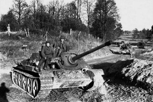 Советская САУ СУ-85 в Восточной Пруссии.