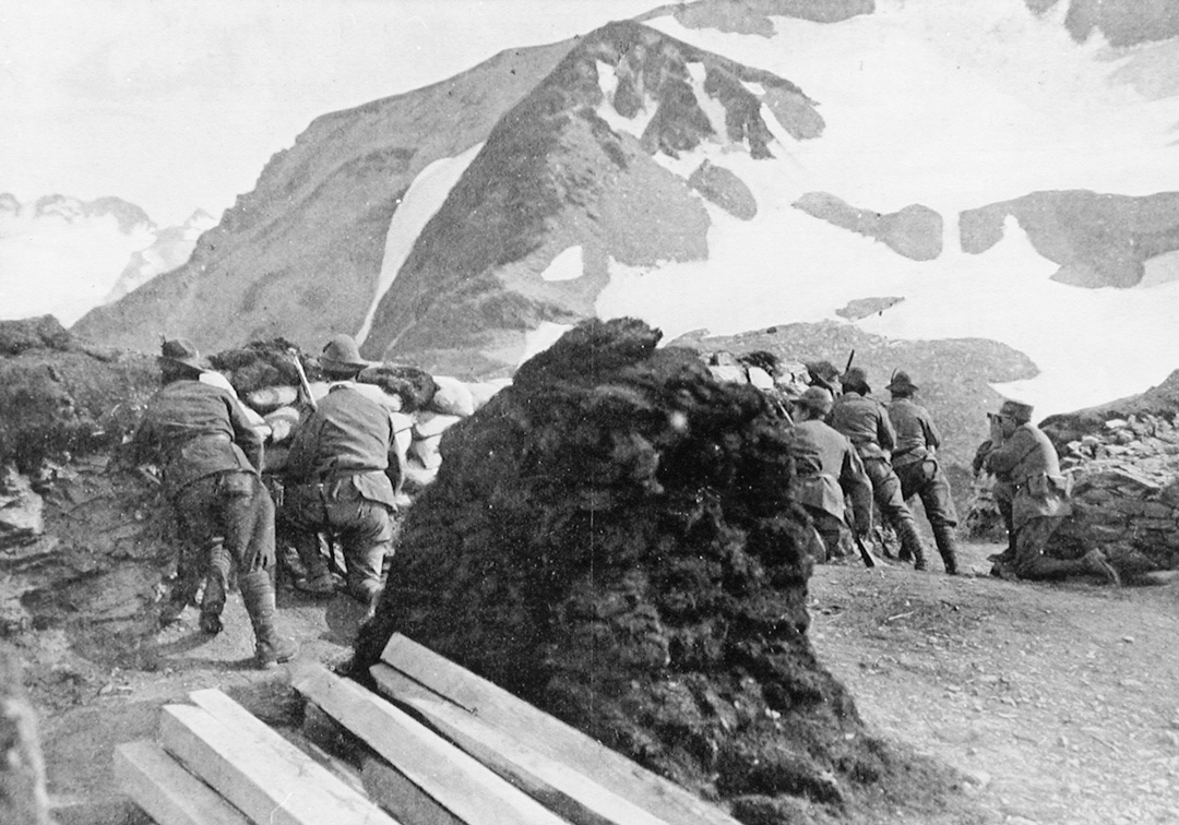 TRINCEA_DI_ALPINI_IN_ALTA_MONTAGNA,_(1915).jpg