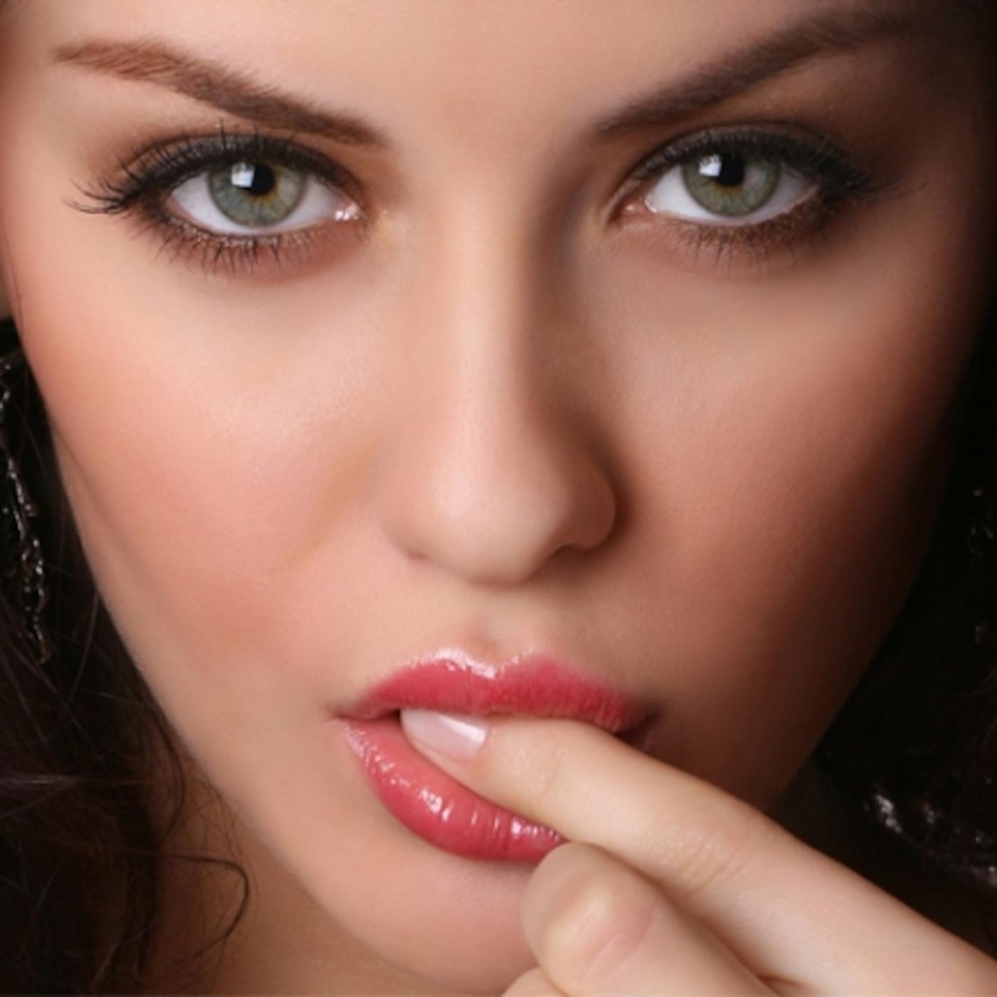 Открытки. 6 июля -день поцелуя! Девушка готовится послать поцелуй воздушный