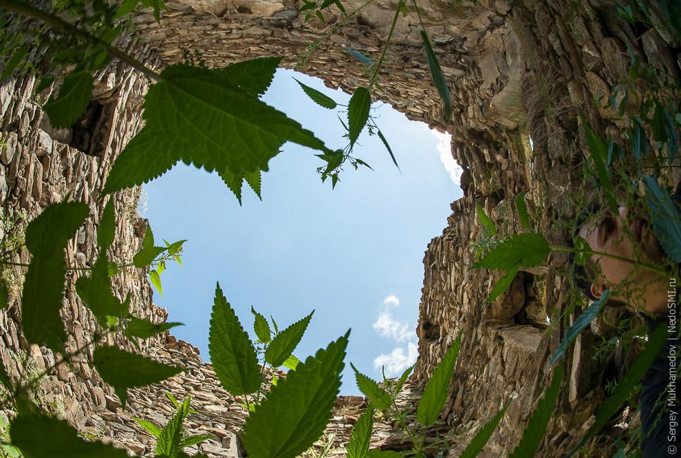12. Наскальные пещерные крепости — еще один удивительный вид осетинских сооружений.