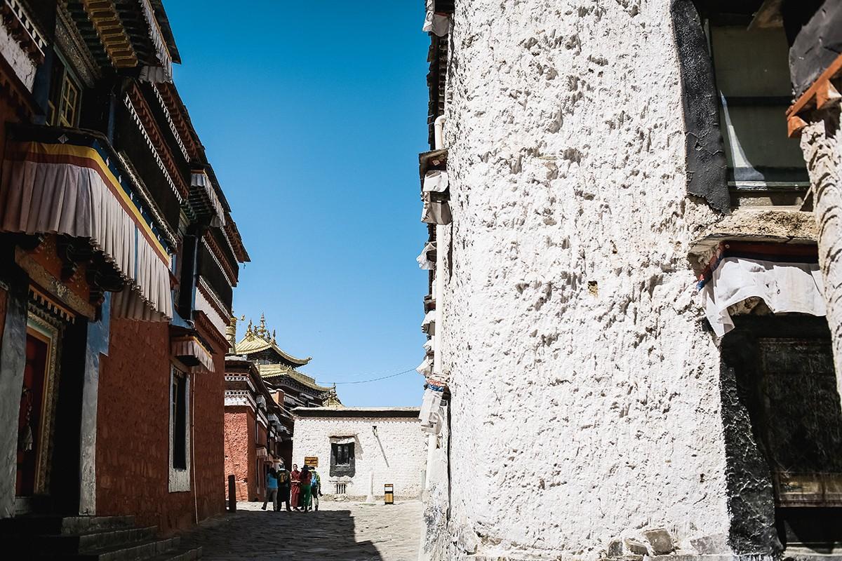 13. Но есть и что-то вроде центральной улицы, вдоль которой расположены основные храмы со ступами Па