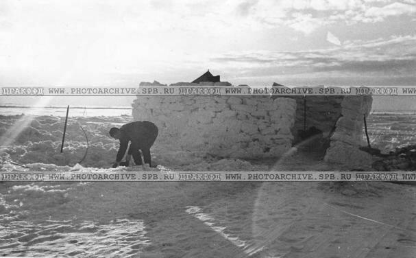 Снежные домики на Ладожской трассе. 1942 г.