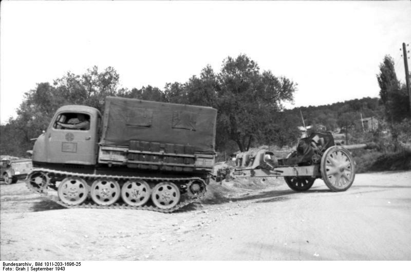 Albanien, Raupenschlepper Ost mit Kanone