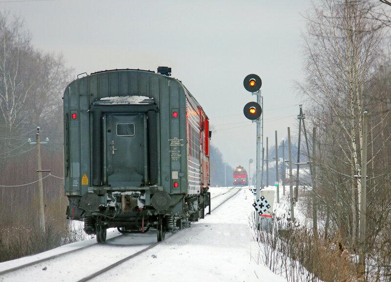 ТЭП70-0240 с пригородным поездом 6447 Торжок - Ржев-Балт на перегоне Льняная - Высокое заходит под два жёлтых сигнала на прожекторном светофоре Н на станцию Высокое, вид на Ржев