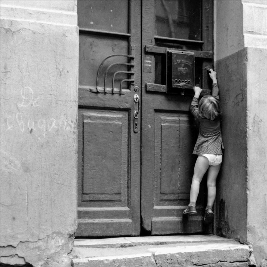Дверь в подъезд Булгаковского дома. Москва, 1981 год. Фото © Игорь Стомахин.jpg
