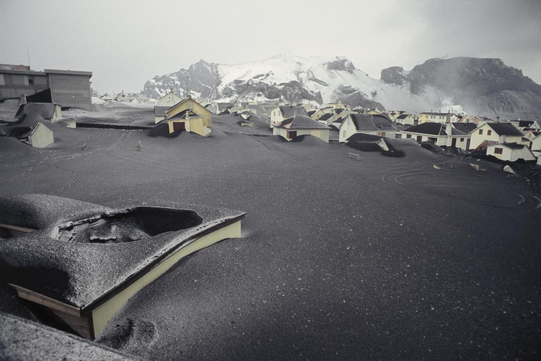 Вестманнаэйяр. После извержения вулкана Эльдфедль вулканический пепел засыпал городские дома