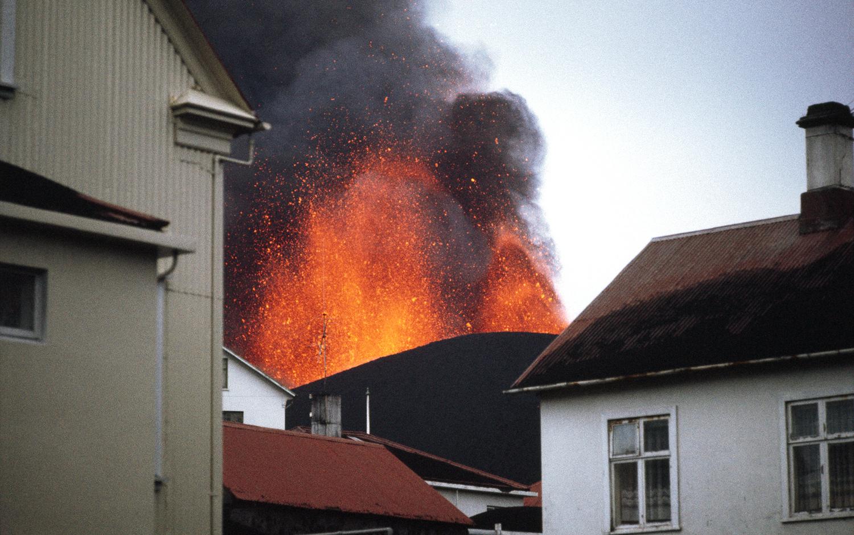 Извержение вулкана Эльдфедль  на острове Хеймаэй произошло  в 150 метрах от города Вестманнаэйяр
