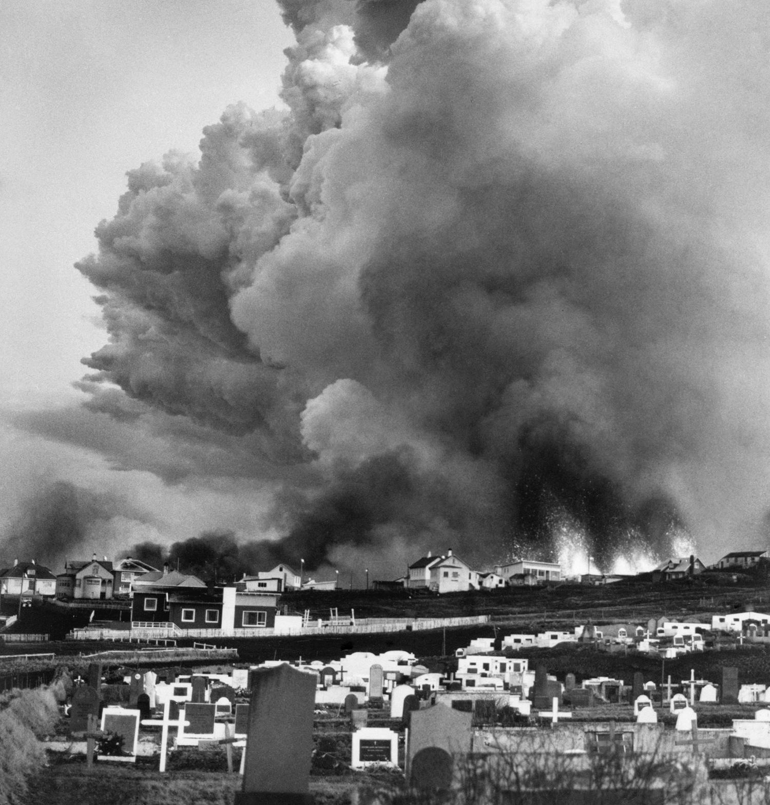 25 января. Облака пара и пепла над островом после извержения вулкана Эльдфедль