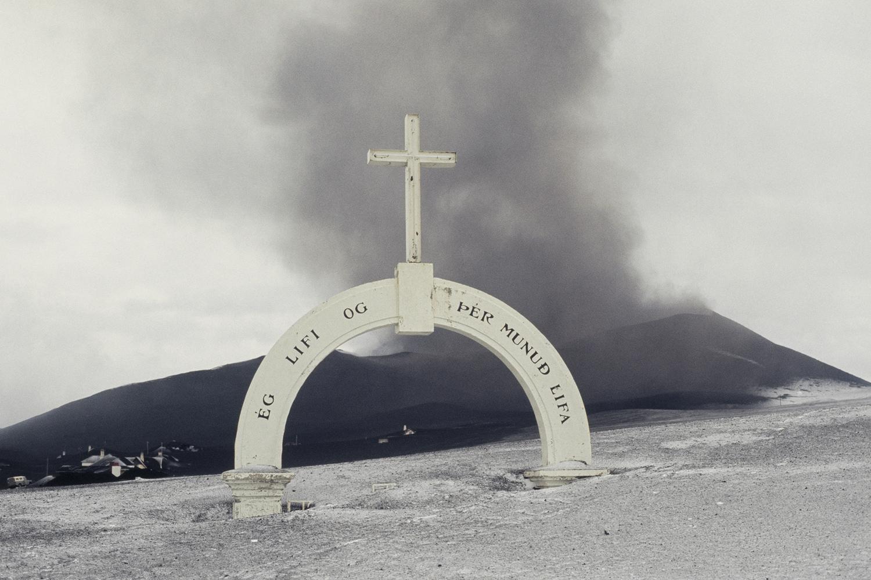 Вестманнаэйяр. Покрытая пеплом городская арка