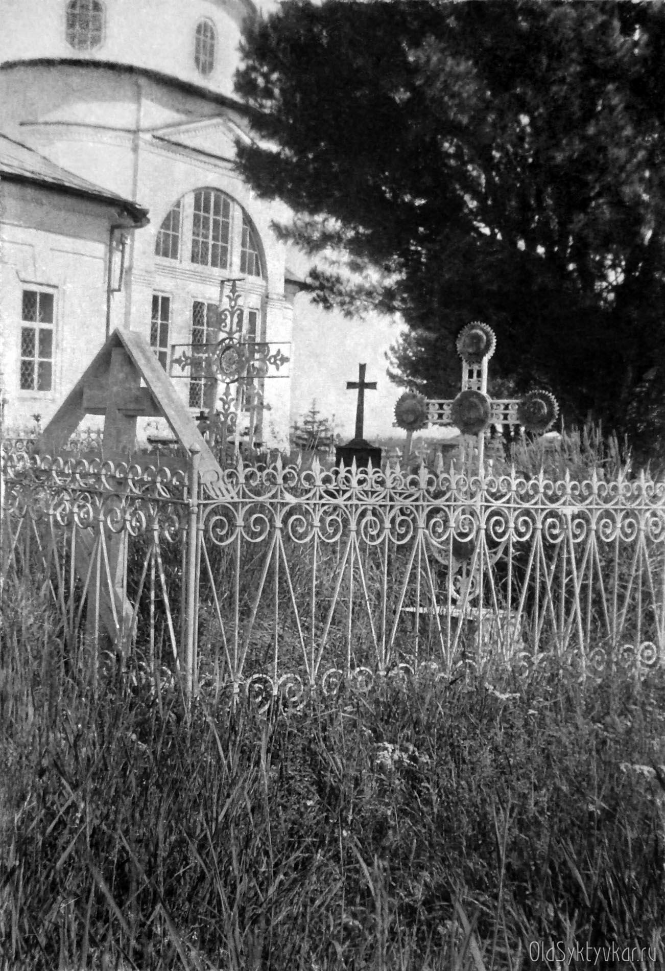 Кладбище возле церкви