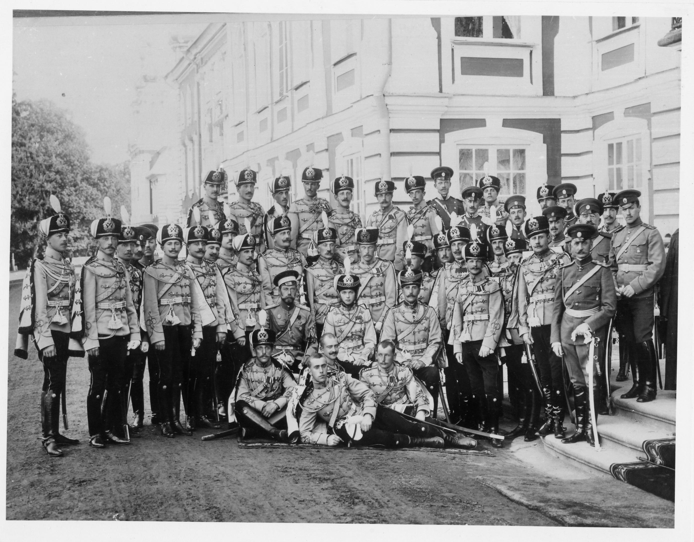 1913. Группа офицеров с Императором Николаем II и Вел. Кн. Ольгой Николаевной