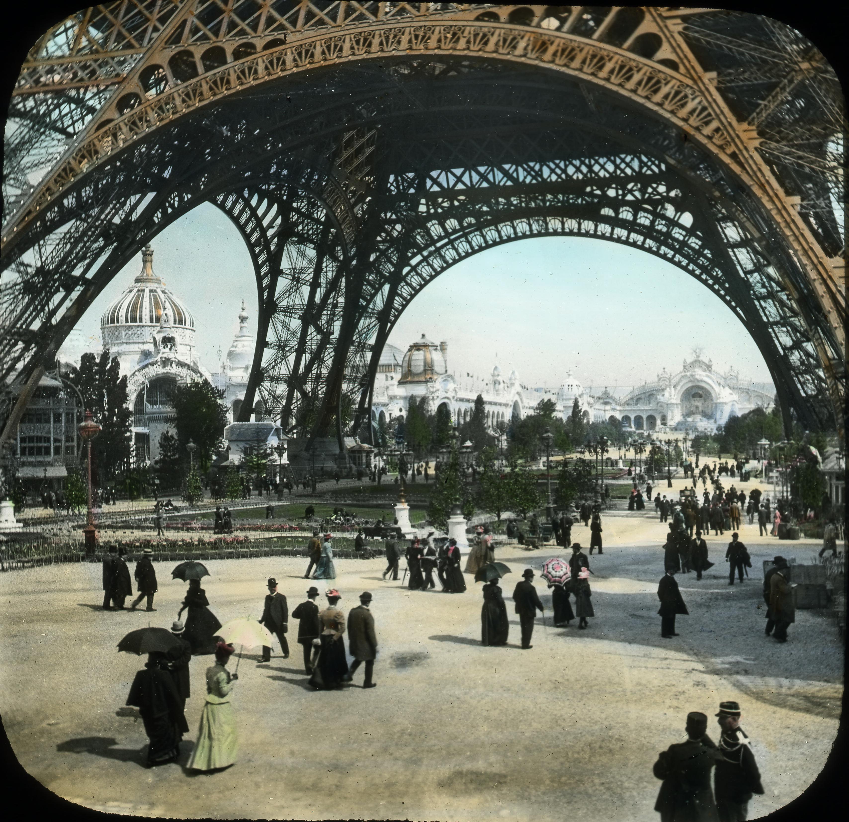 Вид на город от подножия Эйфелевой башни