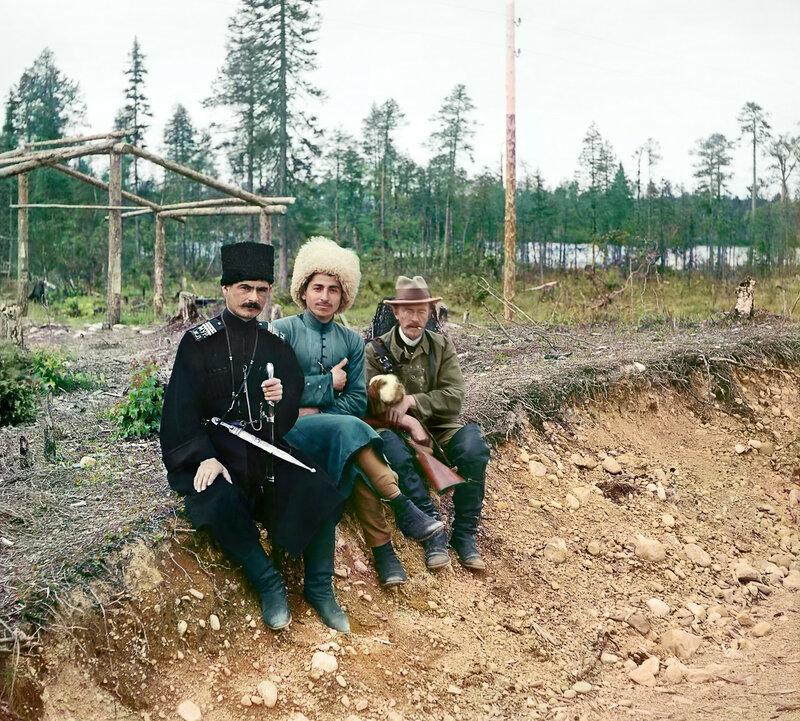 Прокудин-Горский с двумя охранниками Мурманской железной дороги.jpg