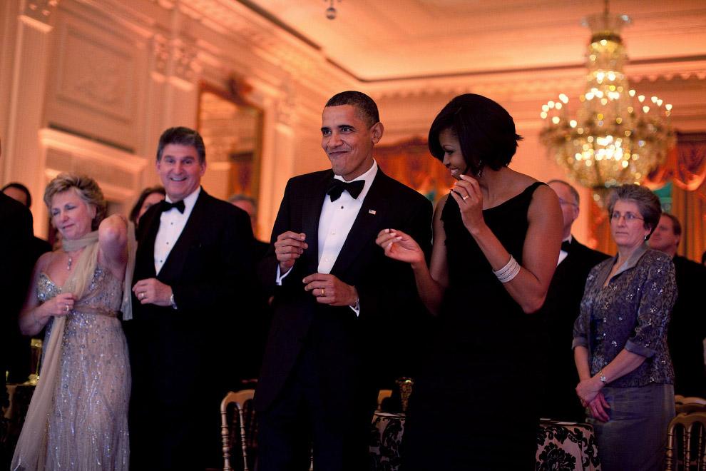 14. Игра в баскетбол на площадке Белого дома, 8 октября 2009. (Фото Pete Souza   The White House):