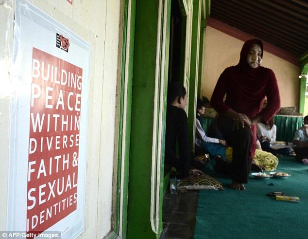Конституция Индонезии наделяет официальным статусом шесть различных религий. Большая часть населения