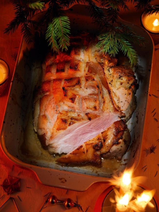© foodily  Рецепт. Ингредиенты (на 8 порций): 5—5,5 кг свиного окорока 2—2,5 голов