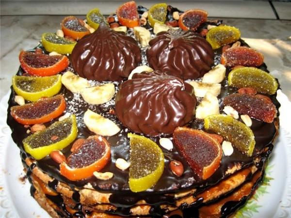 Хозяйка украсила торт зефиром и мармеладками, чтобы гости могли есть сладкое, прежде чем приступить