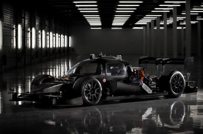 Черный электромобиль Roborace DevBot родом из будущего, которое уже наступило.