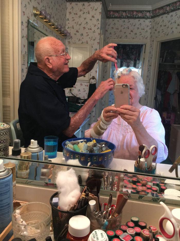 «У бабушки была операция на запястье, так что она не может красить волосы сама. Дедушка ей помог».