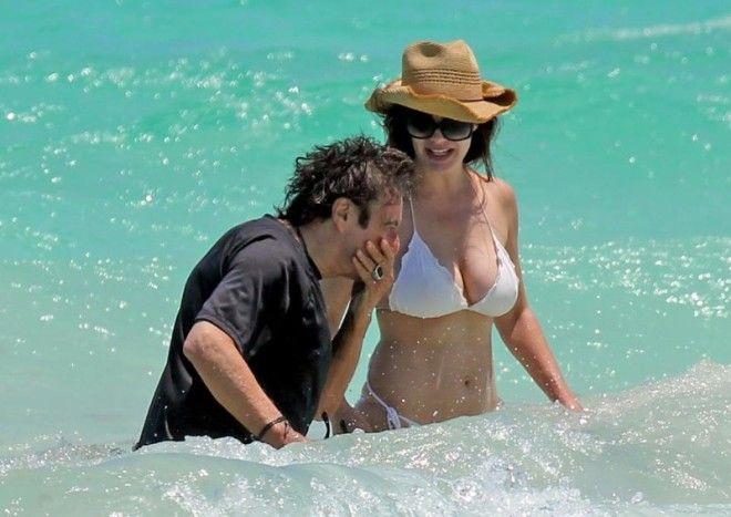 77-летний Аль Пачино плещется в море с 38-летней возлюбленной