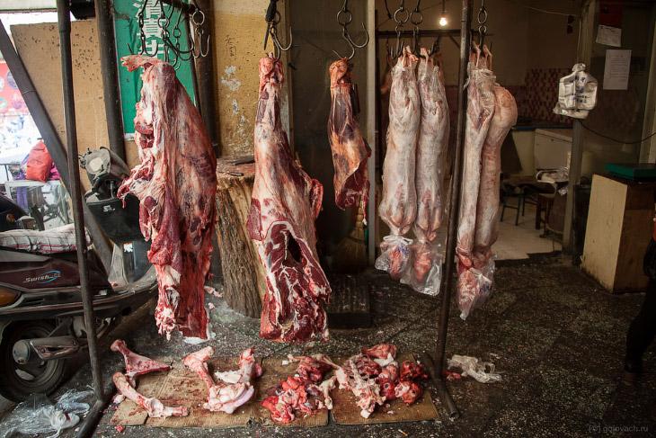 2. Сам рынок состоит из двух длинных коридоров. В одном продают мясо и тут же его готовят, в другом