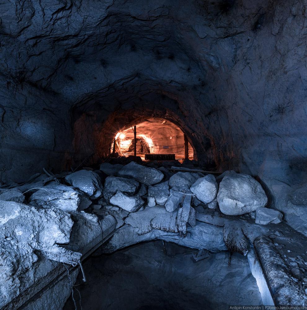 17. По лестнице попали на следующий, 473 горизонт. В длинном тоннеле стоит много проходческой т