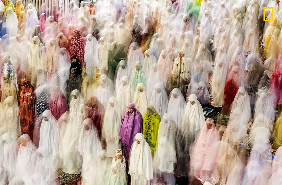 «Молящиеся в Рамадан». Прадип Раджа: «Женщины молятся внутри мечети Истикляль в Джакарте — крупнейше