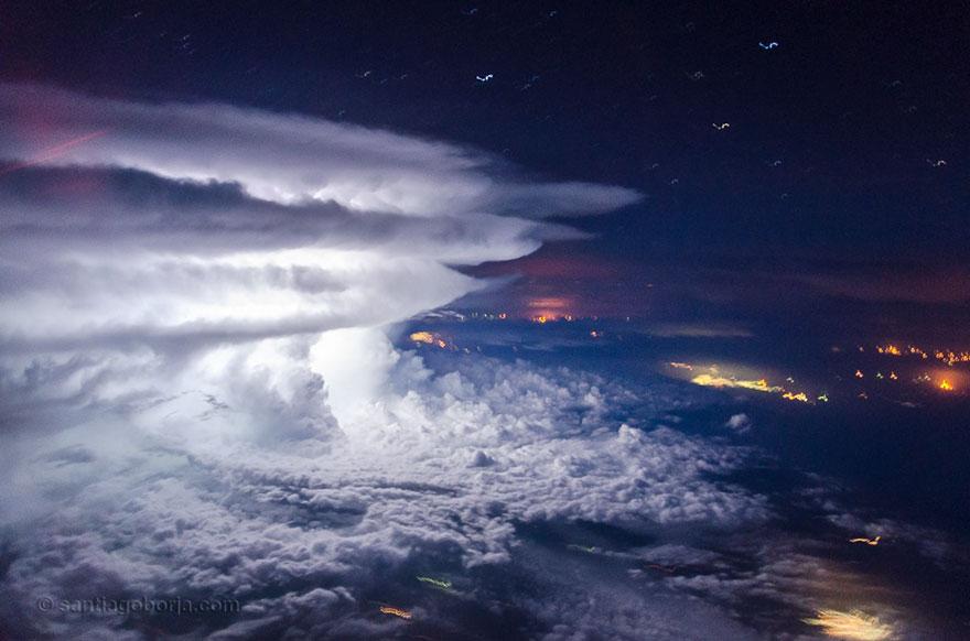 Над крылом самолёта – бури, грозы и облака в снимках пилота, который обожает фотографировать