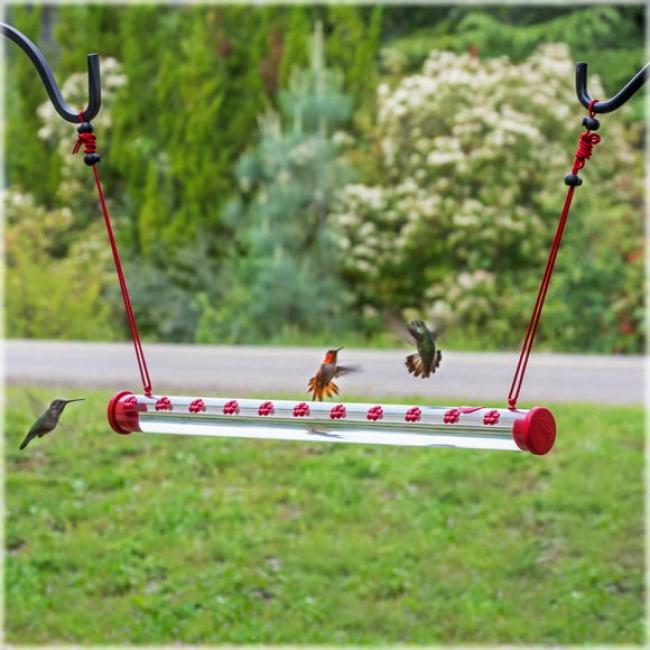 © bluebirdlanding  Поилочки для колибри специально выполнены вкрасном цвете: это привлекает п