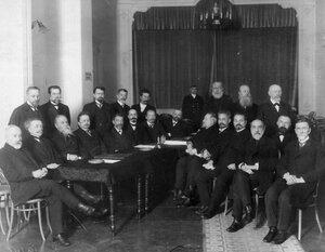 Группа в зале аэроклуба во время съезда профессоров